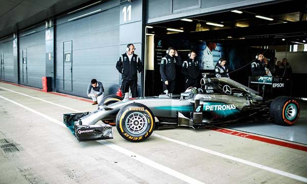 Lorenzo naik mobil F1
