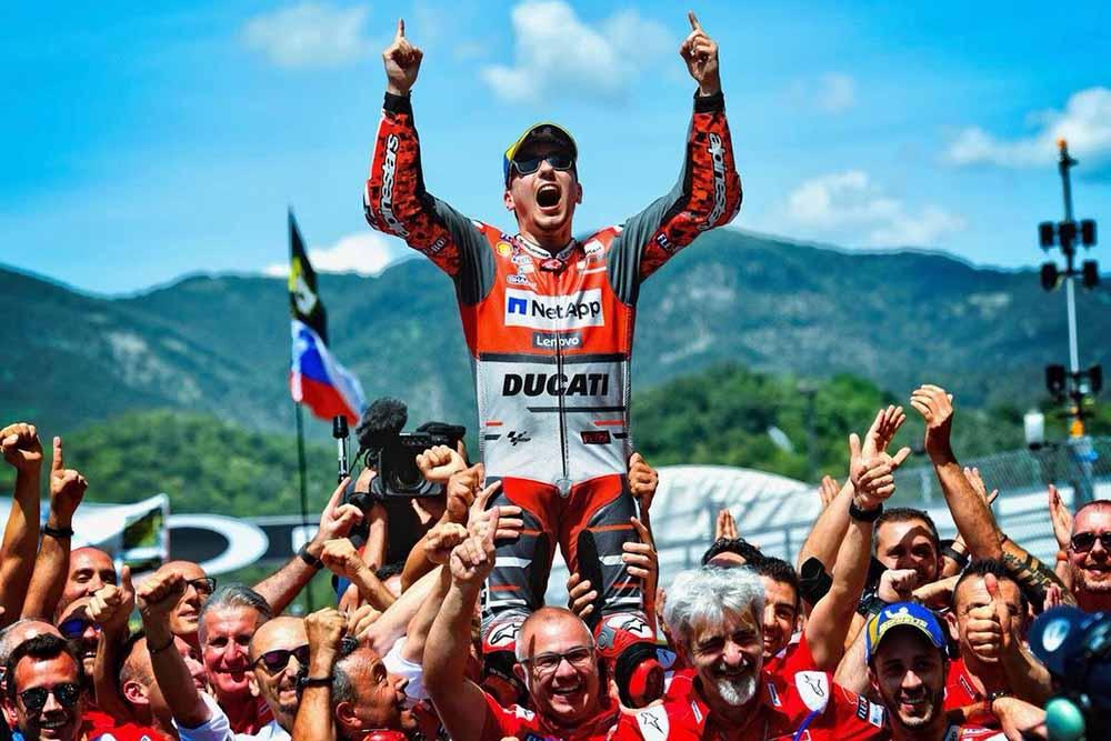Lorenzo merayakan kemenangan bersama Tim Ducati