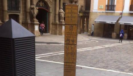 Poste del encierro en recuerdo a los fallecidos del encierro (Federación de Peñas de Pamplona)