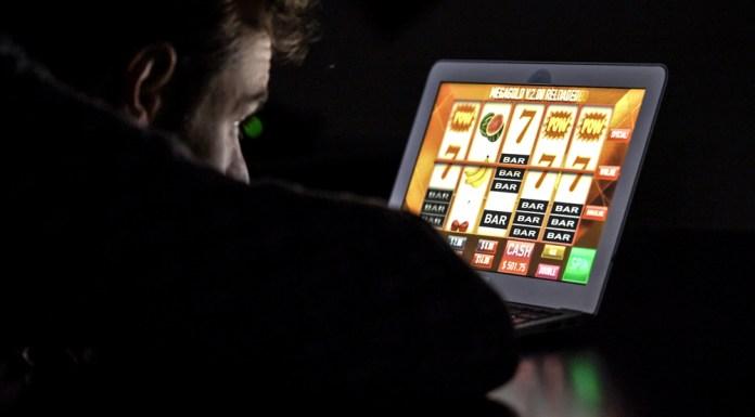 man voor laptop spel aan het spelen