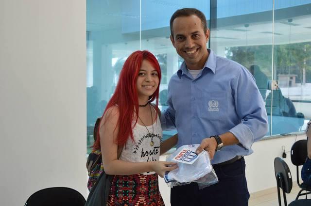 Aluna do Campus Turu recebe camisa temática da quinta unidade do Grupo Ceuma em São Luís