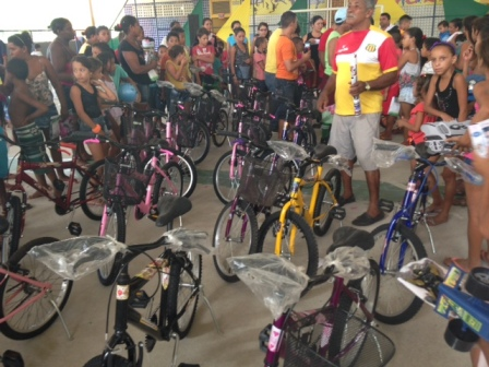 Todas as crianças que compareceram à festa ganharam presentes, como bicicletas