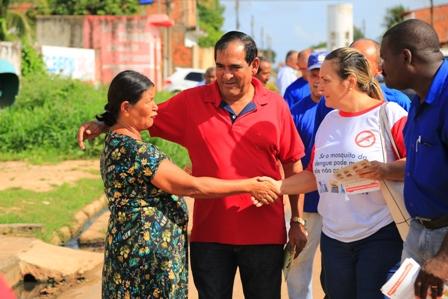 Prefeito Josemar ouve moradora durante mobilização contra o mosquito Aedes aegypti