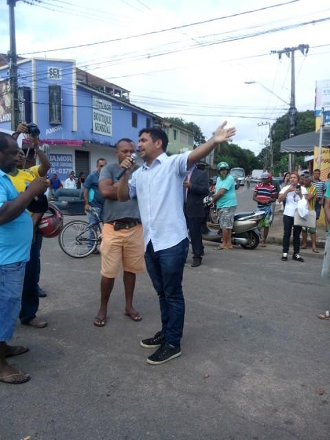 Ao microfone, deputado Wellington apelou para o bom senso dos manifestantes e foi atendido