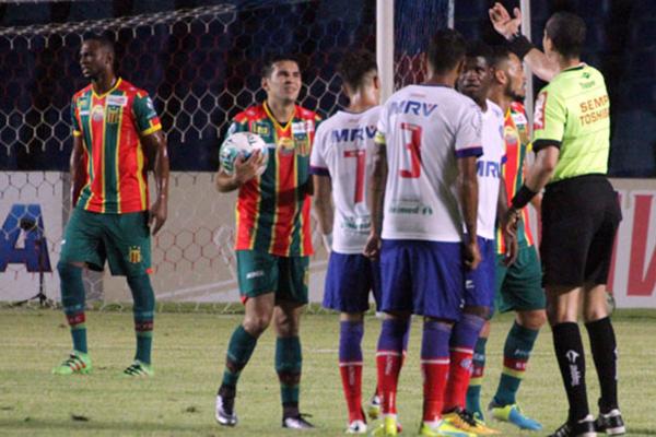 Sampaio perde pênalti no Castelão e deixa vitória escapar diante do Bahia