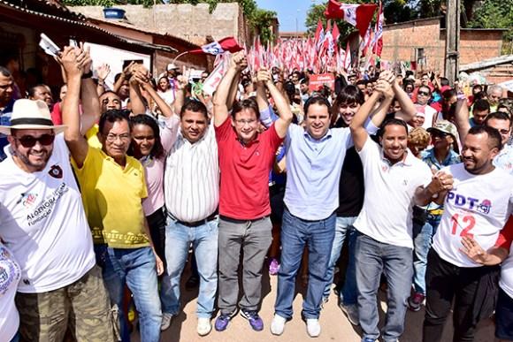 Edivaldo faz caminhada no Coroadinho ao lado do vice Júlio Pinheiro e do candidato a vereador Raimundo Penha