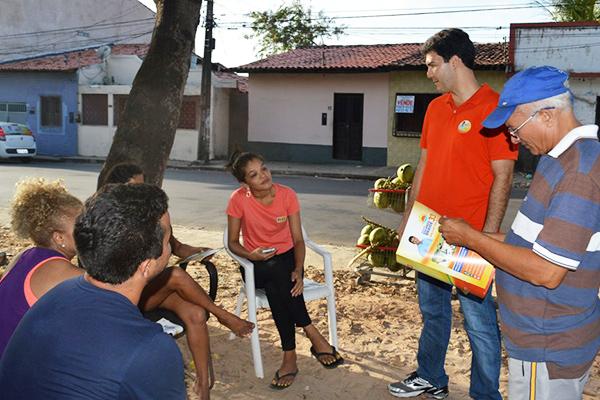 Candidato Eduardo Braide (PMN) conversa com moradores do bairro do Vinhais
