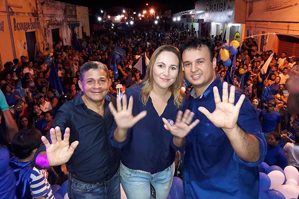 O vice Tome ao lado da deputada estadual Nina Melo e o candidato a prefeito Armandinho Galvão