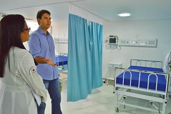 """""""A Santa Casa de São Luís não pode fechar por incompetência da Prefeitura"""", diz Eduardo Braide durante visita ao hospital"""