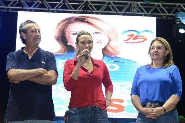 Em comício, a deputada Andrea Murad repudia perseguição do governo