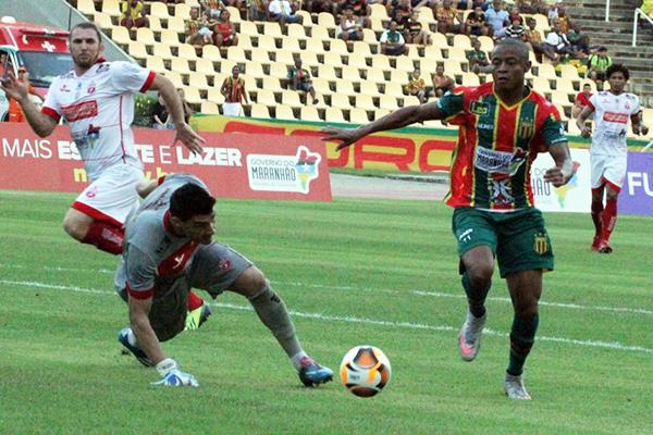 Após faltar quatro treinamentos, atacante Edgar foi afastado pelo técnico Flávio Araújo