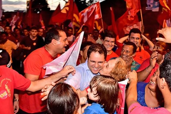 Multidão caminha com o prefeito Edivaldo Holanda Júnior, no Habitacional Turu