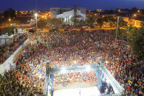 Praça do Cohatrac ficou pequena  durante apresentação da comédia Pão com Ovo