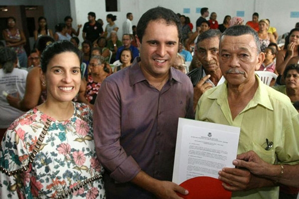 Prefeitura entrega 280 títulos de propriedade para moradores do Santa Cruz