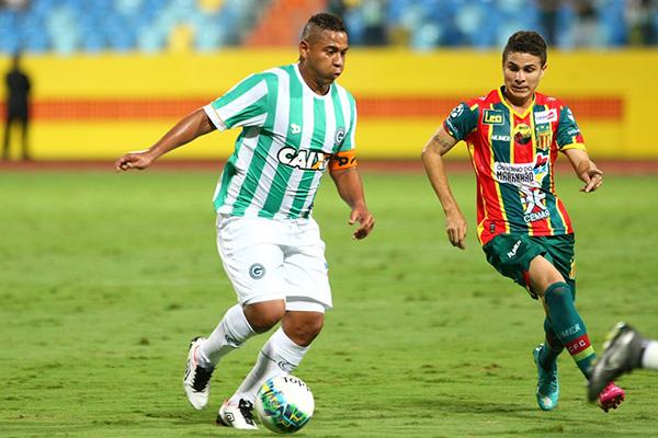 O gordinho Válter domina a bola e é observado pelo meia Felipe Costa, do Sampaio