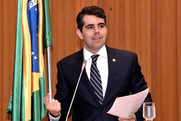 Adriano defende mais recursos para programas sociais no orçamento do governo