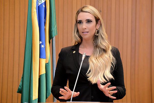 Deputada Andrea Murad cobra solução sobre o caso dos requisitados da saúde