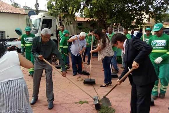 Prefeito Domingops Dutra participa de ação e varre calçada em Paço do Lumiar
