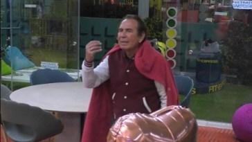 Giucas Casella fa la pipì dentro un vaso e Alex lo racconta a Montano – VIDEO