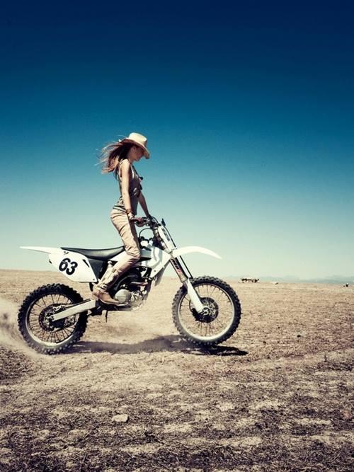 Fille à moto