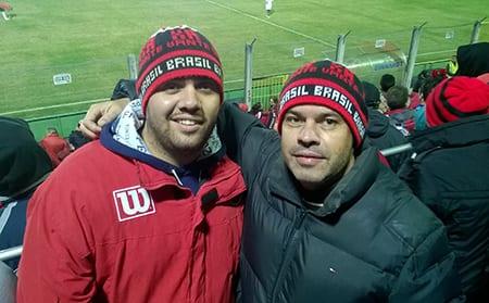 Marco Maffei, à direita, ao lado do seu filho, Lucas.