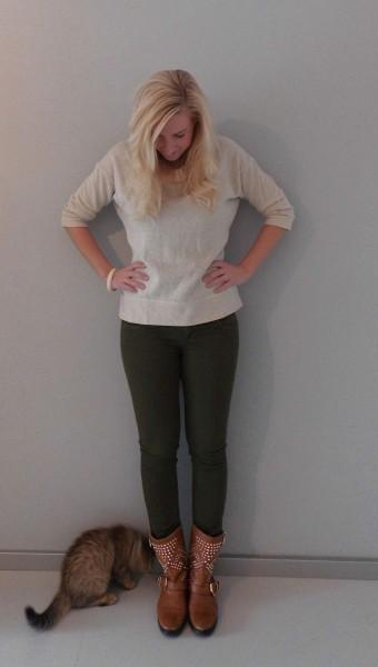 OOTD-glitter-sweater-en-army-groene-broek-met-boots-en-studs-5