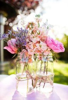 DIY decoratie bruiloft budget wilde bloemen vaasjes