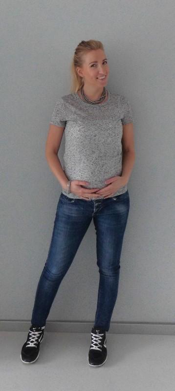 OOTD-outfit-zwanger-casual-positiekleding-zwangerschap-fashion-grijs-shirt-spijkerbroek-nikes-2