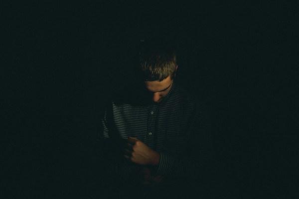 Hypo und Psyche: Mann schaut traurig zu Boden
