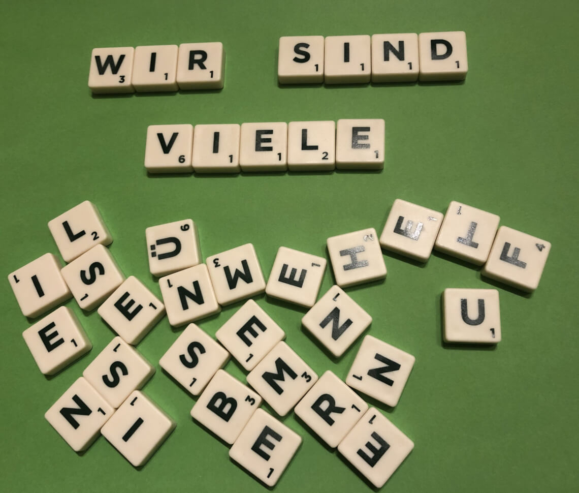 wir sind viele - aus Scrabble-Steinen gelegt