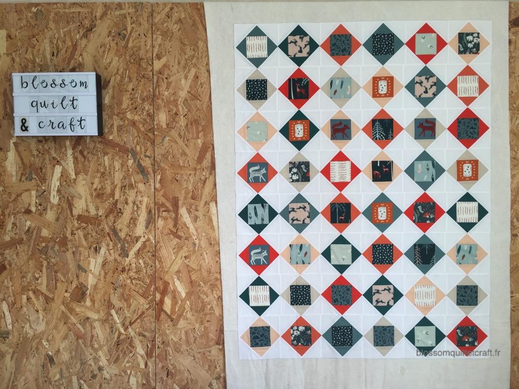 patchwork modern carré dans un carré quilt top