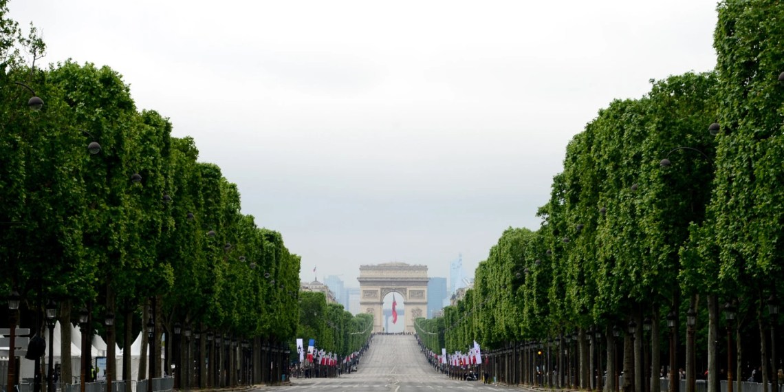 PARIS, FRANCE - JUNE 03:  South Korea delegation arrives at Champs Elysees on June 3, 2016 in Paris, France.  (Photo by Anthony Ghnassia/Getty Images)