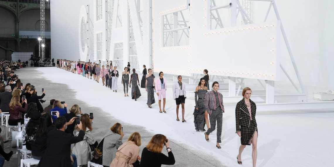 L'année 2020 n'aura pas était bonne pour l'industrie de la mode ; en effet, à cause des différents facteurs présent au cours de l'année le profit aurait chuté de 93%.