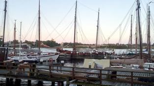 Alte und neue Schiffe an der Hafenpromenade