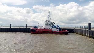 Hafenschlepper wartet auf den nächsten Einsatz