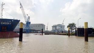 Blick auf die Meyer Werft mit dem weltweit größten überdachten Baudock