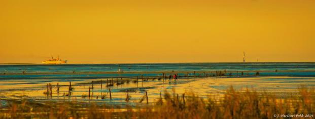 Die letzten Wattwanderer im Sonnenuntergang (Foto: Heribert Pohl | http://commons.wikimedia.org | Lizenz: CC BY-SA 3.0 DE)
