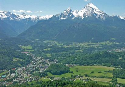 Blick auf Berchtesgaden mit dem Watzmann im Hintergrund
