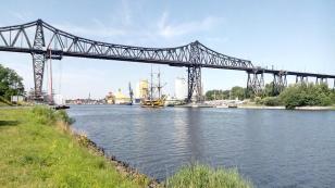 Unterhalb der Brücke befindet sich eine Schiffsbegrüßungsanlage