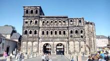 Die berühmte Porta Nigra, Wahrzeichen von Trier, ist das besterhaltene römische Stadttor Deutschlands.