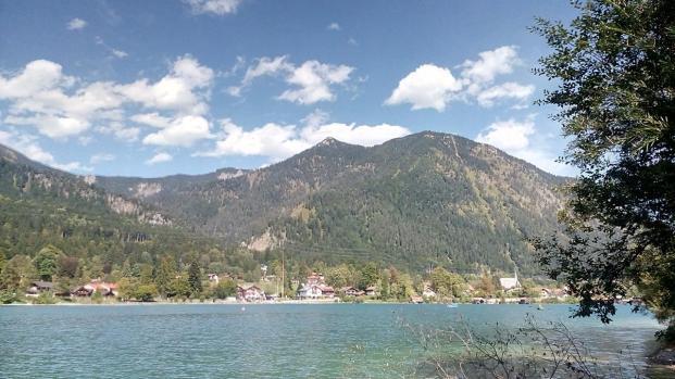 Blick von unserem Stellplatz über den See auf den Ort Walchensee