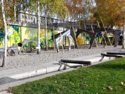 Hübscher Kinderspielplatz an einer der Rheinbrücken