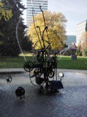 Der Fastnachts-Brunnen, eine wasserspeiende Tinguely-Maschine vor dem Museum in Basel