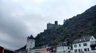 Blick von St. Goarshausen hinauf zur Burg Katz