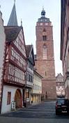 Altstadtgasse mit Blick auf den rechten Turm der Stiftskirche