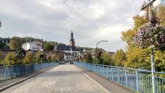 Alte Brücke über die Saar mit Blick zum alten Schloss