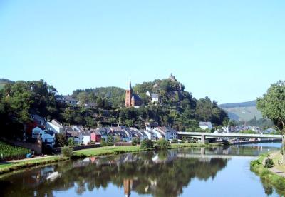 Blick von der anderen Saarseite auf die Saarburg