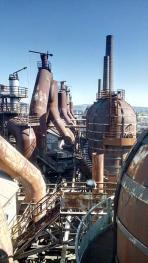 Blick von der Aussichtsplattform auf die Hochöfen und ihre Abgasschlote