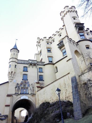 Vor dem Portal von Schloss Hohenschwangau