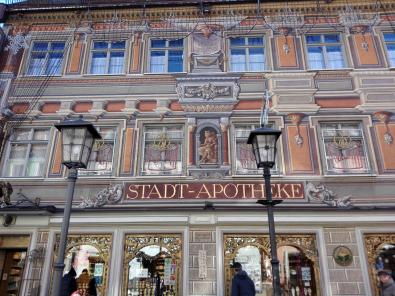 Apotheke mit bunt bemalter Fassade